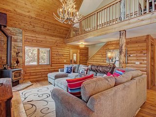 Spacious, Family Friendly log home w/ fireplaces, a deck, & a private hot tub!