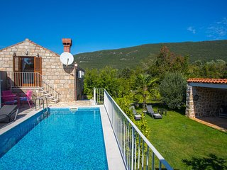 2 bedroom Villa with Pool and WiFi - 5639333