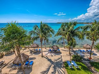 Amazing Caribbean Views and Clean Beach! Close to restaurants.