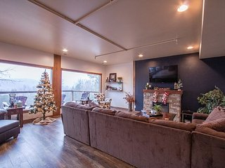 Secluded Christmas Decorated 5 bedroom Private Home for 20 people!
