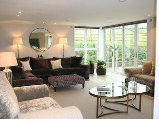Sleeps 10, 5* Gold, M1, Luxury, High Tech property in beautiful Herefordshire