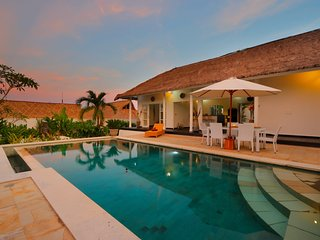 SPECIAL PROMO -40%, Traditional Private Villa, 3 BR, Uluwatu w/ staff