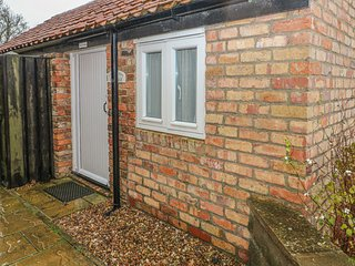 CHERRY PIPS, ground floor cottage, en-suite, pet-friendly, in Louth, Ref 6061