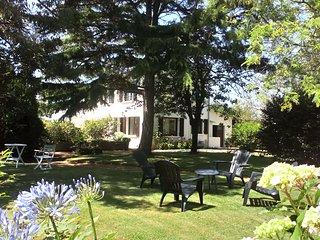 Jolie maison avec grand jardin, WiFi, 2kms des plages, au calme