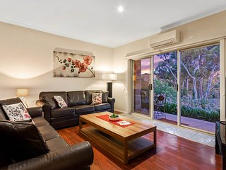 BULLA HILL - MELBOURNE Spacious, Sleeps 10, 10 min to Airport with Foxtel