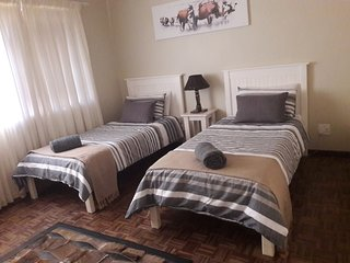 Paarl - The Labyrinth (Room 2 - Single beds x 2)
