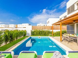 4 bedroom Villa with Air Con, WiFi and Walk to Beach & Shops - 5334762