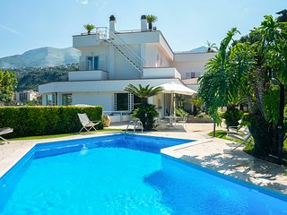 4 bedroom Villa with Pool, Air Con and WiFi - 5696096