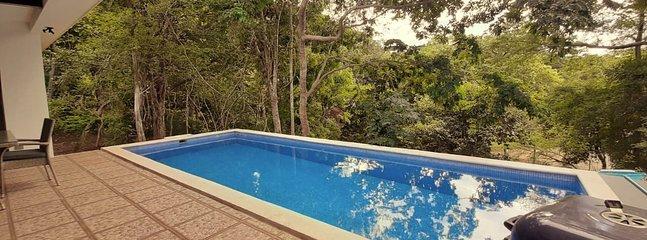 Terrasse de la piscine et barbecue