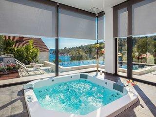 Okrug Gornji Holiday Home Sleeps 8 with Pool Air Con and Free WiFi