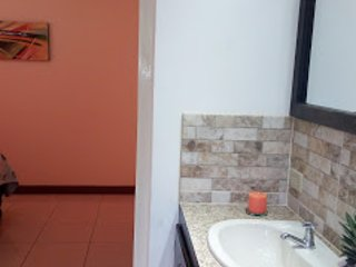 Cozy 3 Bedroom/ 3 Baths Bungalow with Parking, holiday rental in Port Maria