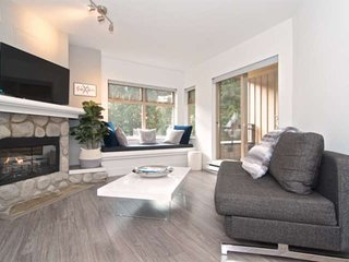 100 meters from the Creekside Gondola. Newly remodeled, modern decor, swimming p