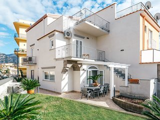 4 bedroom Villa with Air Con, WiFi and Walk to Beach & Shops - 5818900