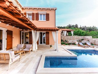 3 bedroom Villa with Pool, Air Con, WiFi and Walk to Shops - 5820034