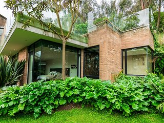 Bog008 - Luxurious 4 bedroom mansion with large landscape in Bogota