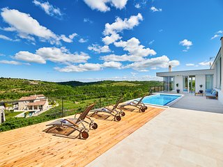 Momjan Villa Sleeps 8 with Pool and Air Con - 5820726