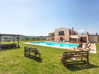 Basico Villa Sleeps 8 with Pool and WiFi - 5822948