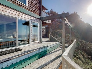 Oceanfront, dog-friendly house w/stunning views multi-level deck & fireplace!