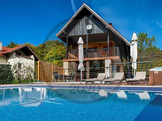 Awesome home in Sveti Ivan Zelina w/ Outdoor swimming pool, Jacuzzi and 2 Bedroo