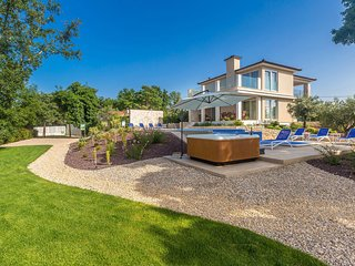 Awesome home in Malinska w/ Outdoor swimming pool, Jacuzzi and 4 Bedrooms
