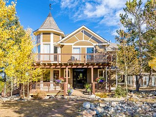 Amazing Victorian w/ a fireplace, wraparound deck, balcony, & amazing views!