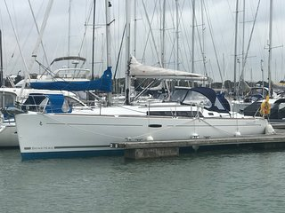 lovely new 8 berth yacht on the water in Hamble, close to restaurants, pubs