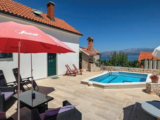 Stunning home in Splitska w/ Outdoor swimming pool and 3 Bedrooms