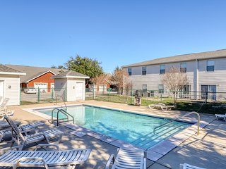 Gorgeous townhome with shared pool & playground - Central location near beaches