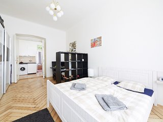 Centrally located bright and comfortable 2 bedroom flat by easyBNB