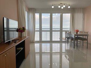 Bonito apartamento con preciosas vistas a la bahía y acceso privado a la playa
