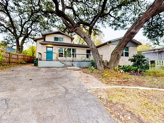 Lovely home, family friendly, piano, dogs ok & near Downtown!