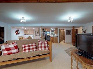 Comfortable & spacious garden-level apartment-Close to slopes/trails/Blue River