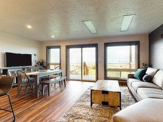 Oceanfront lodge suite w/ private beach access, deck & kitchen!