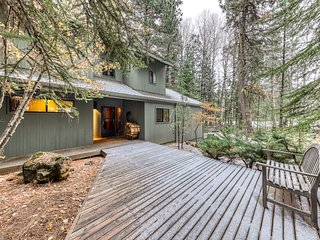 Cozy & comfortable Black Butte home with shared hot tub, pool, tennis & basket