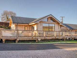 BEARS DEN, open-plan, hot tub and sauna, in Addingham