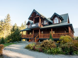 Secluded Luxury Whistler Retreat with Moutnain Views on expansive acerage