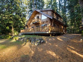 Snowline Cabin 33 - A Stunning Family Log Home With a Hot Tub and Wifi