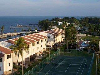 **JAN AVAIL**Stunning Views at Futura w/heated pool, marina, boat ramp, boat & t