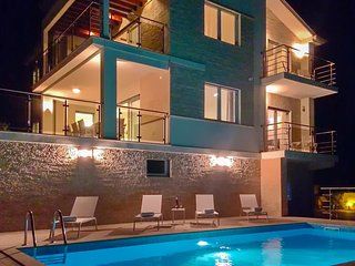 Amazing home in Icici w/ Outdoor swimming pool and 4 Bedrooms