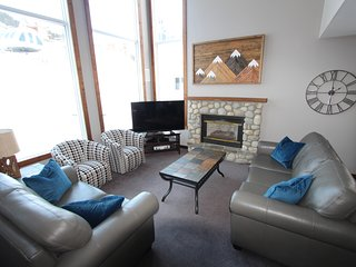 Ridgeview - Deluxe 4 bedroom home- Ski in/ski out - Sleeps 12