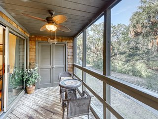 Family-friendly corner townhouse - close to tennis & golf courses - dogs welcome