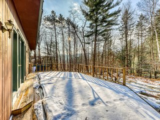Spacious, dog-friendly apartment w/ fireplace & deck - close to slopes!