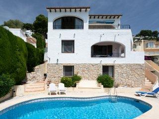 Pretty apartment in villa style setting with sea views and pool near Moraira