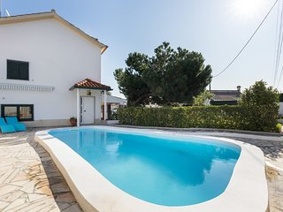 Beautiful 4-Bedroom House in Caparica w/ swimming pool