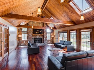 Lakefront Estate on 10 acres, Heated pool/Volleyball court/Soccer field/Hot tub