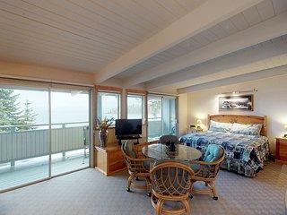 Studio condo w/ jetted tub, dock access, lake/mtn views, & flatscreen TV!