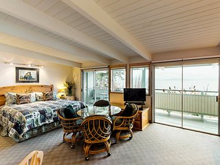 Studio condo on Flathead Lake w/water & mtn views, shared dock, & jetted tub!