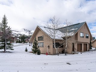Ski-in/out condo w/ wood burning fireplace, mtn views, & close to other sites!