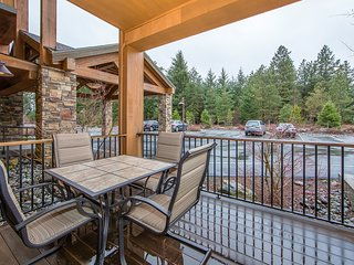 Spacious ground floor condo at Suncadia w/ shared pools and hot tub