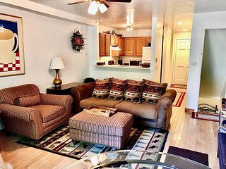Glenwood Townhome, Cancel Free*, WiFi, Pets, Parking, Grill, Fireplace, near sto